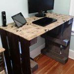 Bureau d'ordinateur bricolage fabriqué à partir de palettes en bois et de toile de jute imprimée # bricolage… - Wood Design