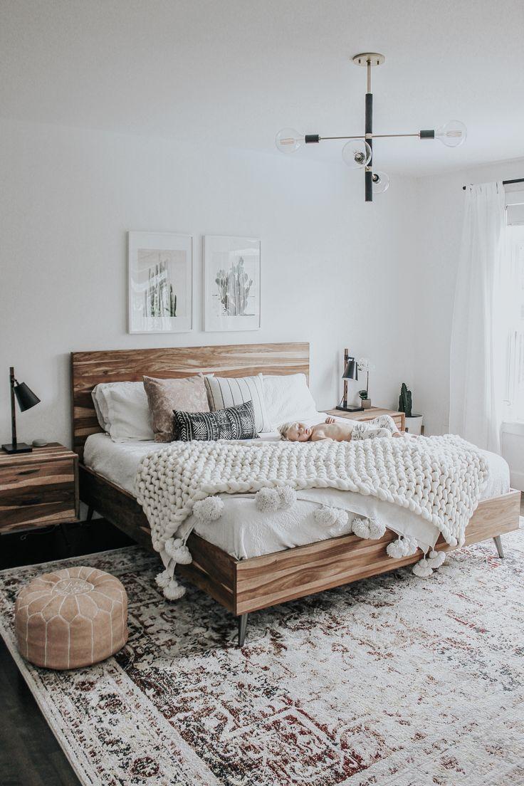Neutrales Schlafzimmerdesign mit extra großem Teppich und Holzbett – https://pickndecor.com/ideas